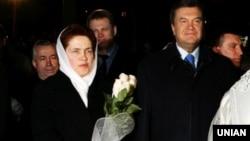 Людмила и Виктор Януковичи в кафедральном Свято-Преображенском соборе в Донецке, 7 апреля 2007 года