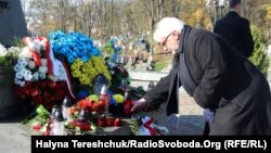 Вітольд Ващиковський біля меморіалу воїнів УГА на Личаківському цвинтарі, Львів, 5 листопада 2017 року