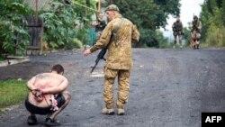 Украин жоокери орусиялык сепаратистти камакка алган учуру. Украина, Луганск. 18-август, 2014