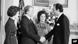 دیدار اردشیر زاهدی در مقام سفیر ایران، با رئیسجمهور جیمی کارتر و همسرش روزالین کارتر، ۲۲ ژانویه ۱۹۷۷، کاخ سفید