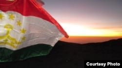 Таджикский государственный флаг. Иллюстративное фото.
