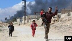 """Сирийцы из Восточной Гуты проходят через """"коридор"""", контролируемый правительственными силами. 16 марта 2018 года."""