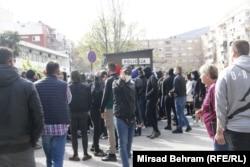 """Okupljeni protestirali zbog """"policijske brutalnosti""""."""