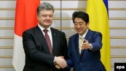 Петро Порошенко і Сіндзо Абе у Токіо, 6 квітня 2016 року
