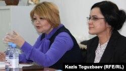 Оппозициялық Nakanune.kz сайтының журналисі Юлия Козлова (оң жақта) мен оның адвокаты Айман Омарова. Алматы, 22 ақпан 2016 жыл.