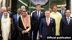 Президент Кыргызстана Сооронбай Жээнбеков (в центре) на саммите Организации Исламского сотрудничества в Саудовской Аравии. 31 мая 2019 года.