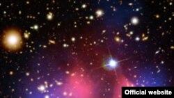 На фотографии, выполненной телескопом Чандра (Chandra Х-ray Observatory), два розовых облака представляют собой скопления «нормальной» (барионической) материи, но основные массы обоих облаков сосредоточены в областях помеченных «голубым».