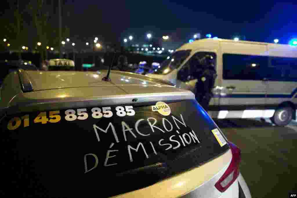 """Компания, которая управляет парижскими аэропортами Орли и имени Шарля де Голля, обратилась к пассажирам с просьбой добираться в эти аэропорты на поездах. AFP сообщает, что каждый пятый рейс из аэропорта Шарль де Голль и Орли был отменен. На фото: надпись """"Макрона в отставку"""" (Эммануэль Макрон – министр экономики, индустрии и цифровых технологий Франции – НВ)"""