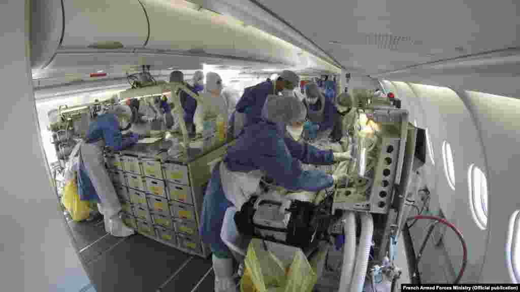 Медици работят а борда на френския медицински самолетAirbus A330 Phenix на 27 март.