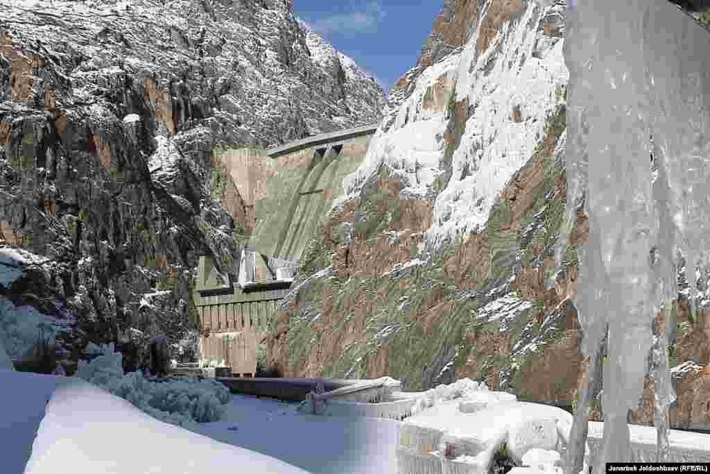 Токтогульская ГЭС расположена в горах Центрального Тянь-Шаня на входе реки Нарын из Кетмень-Тюбинской долины