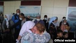 Родственники встречают прибывших на ПМЖ в Казахстан казахов из Ирана