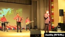 Сәхнәдә Нәфкать Нигъмәтуллин һәм музыкантлар