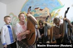 Діти під час уроку музики в українській школі-гімназії в Сімферополі, 10 квітня 2014 року. Цього дня представники російської окупаційної влади змусили директора школи Наталію Руденко написати заяву про звільнення