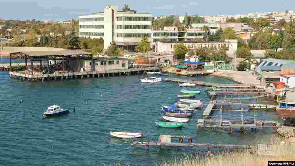 Вид на маленькую бухту, которую местные жители называют «Коррозийка». Раньше здесь находилась Севастопольская станция по изучению коррозии металлов