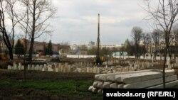 Месца будоўлі гатэльнага комплексу «Пэкін» — парк 40-годзьдзя Кастрычніка. Панарама будаўніцтва. Архіўны здымак