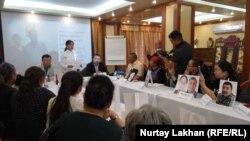 Этнические казахи – переселенцы из Китая на пресс-конференции с фотографиями своих родственников, которые, по словам участников пресс-конференции, находятся в Китае в так называемых лагерях «политического перевоспитания». Алматы, 12 сентября 2018 года.