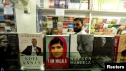 "Yslamabatdaky kitap satylýan dükanlaryň birinde Malalanyň ""Men Malala"" atly kitabyna seredip duran adam"
