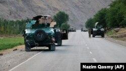 Афганские солдаты останавливаются на дороге на переднем фронте боев между боевиками «Талибана» и афганскими силами безопасности в провинции Бадахшан на севере Афганистана 4 июля