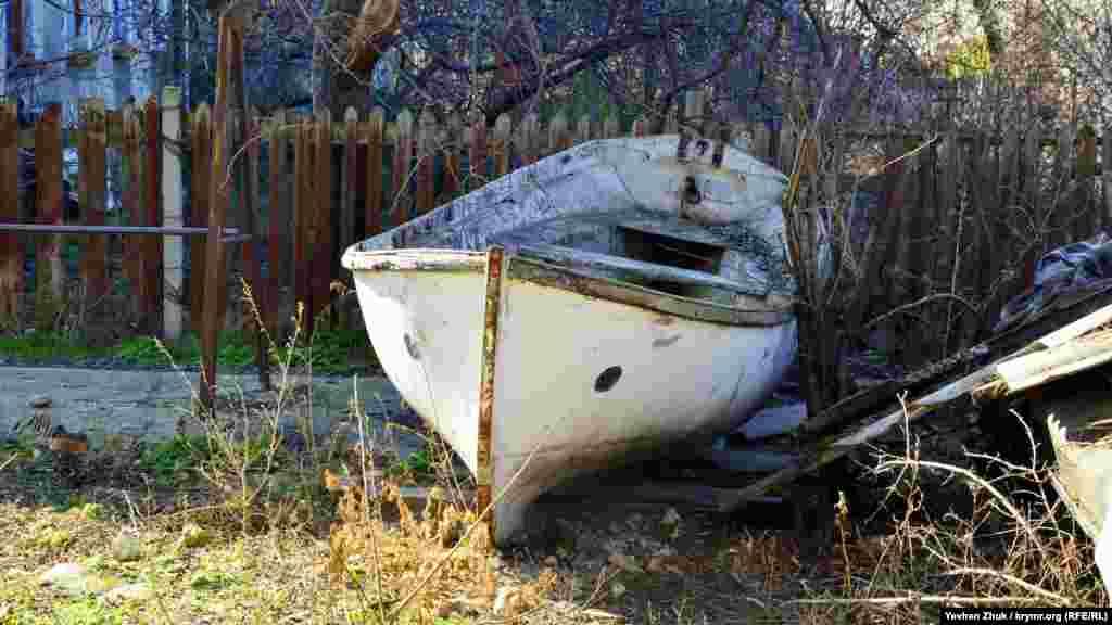 Біля приватного будинку «припаркований» човен