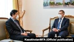Заместитель министра иностранных дел Казахстана Шахрат Нурышев и посол Китая в РК Чжан Сяо.