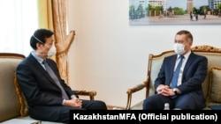 Вице-министр иностранных дел Казахстана Шахрат Нурышев (справа) и посол Китая в Казахстане Чжан Сяо на встрече в Нур-Султане. (Фотография со страницы МИД Казахстана в Facebook'е.)