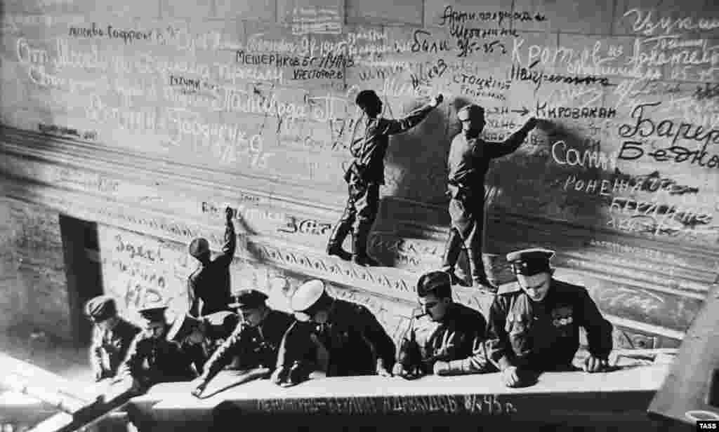 Большинство надписей, сделанныхуглем сгоревших зданий и мелом, который использовался для военных карт, – это имена солдат и названия их родных городов. Некоторые оставили угрозы, такие как: «Гансы и фрицы! Вы это никогда не забудете! А если нужно, мы придем еще».