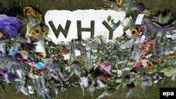 """Цветы в память о жертвах сбитого на Украине MH17 близ аэропорта Эйндховен в Нидерландах и вопрос """"Почему?"""""""