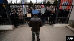 Бельбектегі әуе базасының алдында өткен ресейшілдер шеруі. Украина, Қырым, 6 наурыз 2014 жыл.