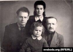 Іван Мележ з бацькам, жонкай Лідзіяй і дачкой Людмілай. 1947 г. З фондаў БДАМЛМ