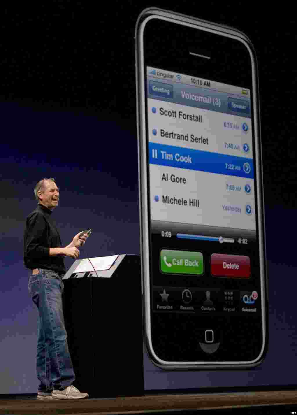 استیو جابز در حال معرفی گوشی آی فون در سان فرانسیسکو