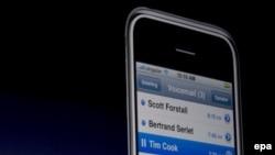 Стив Джобс демонстрирует iPhone.