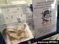 Второй Всемирный конгресс крымских татар. Продажа футболок с изображением Мустафы Джемилева и Ахтема Чийгоза. 1 августа 2015 года