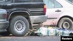 Тараздағы терактіде қаза тапқан адамның мәйіті. Полицейлер мәйітті матамен жауып қойған. Тараз, 12 қараша 2011 жыл.