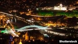 Вид на ночной Тбилиси