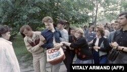 Активисты «Народного фронта за перестройку» с просьбой ускорить реформы собираются каждую субботу, Пушкинская площадь в Москве, 9 июля 1988 года