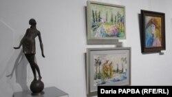 В нынешней весенней выставки впервые широко представлены молодые художники, которым был отдан целый зал. (Скульптура Виталия Джения «Недотрога»)