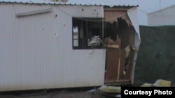 آثار الهجوم على أحد الكرافانات في معسكر الحرية لعناصر مجاهدين خلق بالقرب من بغداد