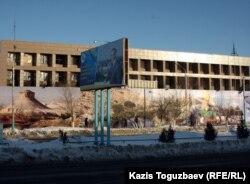 Реставрируемое здание офиса компании «Озенмунайгаз». Жанаозен, 14 февраля 2012 года.