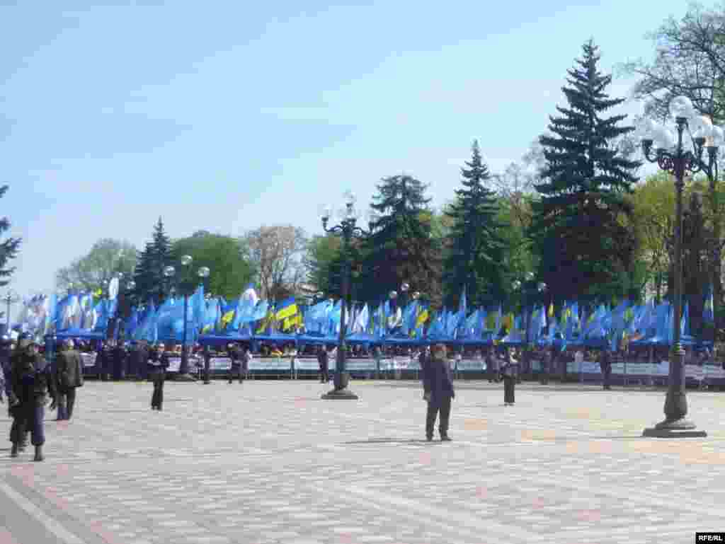 """Паралельно з акцією опозиції під стінами Верховної Ради відбувався мітинг прихильників """"Партії регіонів""""."""