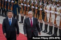 Президент Китая Си Цзиньпин (слева) и прибывший с визитом в Пекин президент Казахстана Касым-Жомарт Токаев. 11 сентября 2019 года.