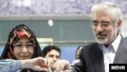 Мусави и сопругата гласаат на претседателските избори