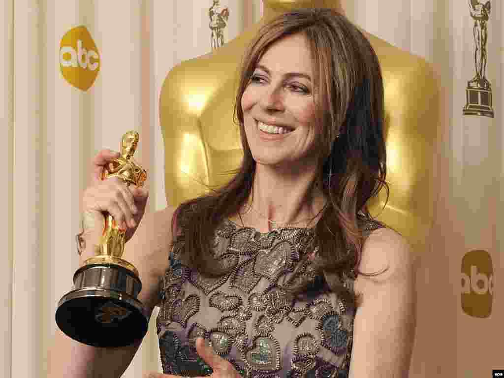 """Kathryn Bigelow sa osvojenim Oskarom za najbolji film i režiju, """"The Hurt Locker"""" - Foto: EPA/PAUL BUCK"""