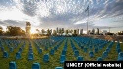 UNICEFнинг Нью-Йорк шаҳридаги қароргоҳи олдида 3758 та рюкзак қабр тошларига ўхшатиб териб қўйилди.