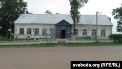 Так выглядае цяпер былая школа ў вёсцы Лаша, дзе месьціўся музэй Яўхіма Карскага