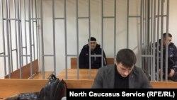 """Руководителя чеченского отделения """"Мемориала"""" Оюба Титиева доставили в Верховный суд республики во время рассмотрения апелляции на арест (архивное фото)"""