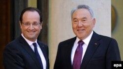 Президент Франции Франсуа Олланд встречает президента Казахстана Нурсултана Назарбаева в Елисейском дворце. Париж, 21 ноября 2012 года.