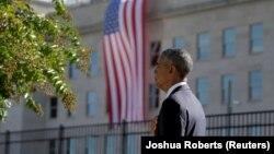 Барак Обама під час виконання Гімну США на церемонії біля Пентагону, 11 вересня 2016 року