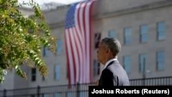 Barack Obama qëndron pranë flamurit amerikan derisa ekzekutohet himni i Shteteve të Bashkuara në ceremoninë e sotme përkujtimore në Pentagon