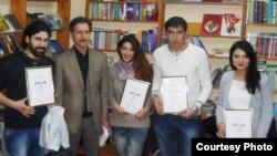 Bakı Kitab Klubun direktoru Elxan Rzayev (soldan ikinci) və qaliblər