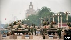 Танки на Тяньаньмэнь, очищенной от демонстрантов.